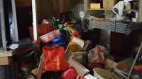 老伯租房堆4吨垃圾 成千上万只蟑螂肆虐邻里