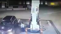 监控:女司机与加油站员发生争执, 下一秒直接结果了她的生命
