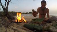 海边生堆火,将刚捕到的鱼和螃蟹用树叶包好,放到火里烤着吃!