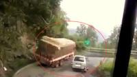 大货车通过弯道,不料下一秒侧翻了,司机:我好难