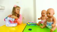 萌娃小可爱给玩偶宝宝们做漂亮的新衣服,小家伙的缝纫手艺真是棒棒哒!