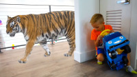 萌娃小可爱们用魔法棒把电视机里的动物变到家里来了,两个小家伙可真是顽皮呢!