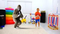 萌娃小可爱和大猩猩比试功夫,小家伙可真是会玩呢!—萌娃:这里是我的地盘!