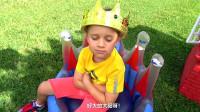 萌娃小可爱:熊孩子,你可真难伺候呀!别以为你戴上了王冠就是真的国王了!