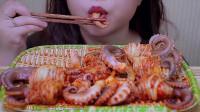 韩国小姐姐吃泡菜包八爪鱼,口感酸爽,看着都流口水