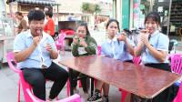 同学们要吃炒冰,老师提议谁吃得慢谁付钱,没想这次女学霸输了