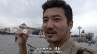 在蒙古国首都广场,被告知禁止靠近成吉思汗雕像,小贩兜售袁大头