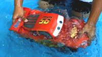 超棒!萌宝小正太居然给汽车总动员麦昆建水上乐园,简直太好玩了!儿童亲子游戏玩具故事