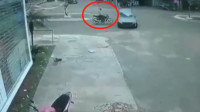 摩托车男子路口加速,直接撞上对面汽车,监控拍下戏剧性一幕!