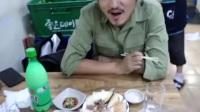 冒险雷探长,雷探长在韩国街边现场试吃鲸鱼肉。