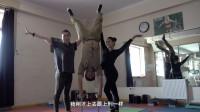 雷探长拜访学柔术的蒙古美女,技术很好,问她这个问题却避而不答