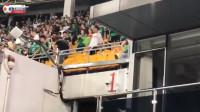 输不起?国安球迷向客队看台扔水瓶挑衅,各种谩骂不堪入耳