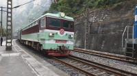 (成昆铁路)韶山3型电力机车5204牵引5622次(原5620次)关村坝站一道停车