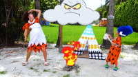 萌娃小可愛和媽媽一起過上了原始部落的生活,母子倆可真逗呀!—萌娃:鉆木取火好難呀!