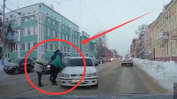 """一家三口橫穿馬路,女司機""""狠狠""""給上了一課,監控拍下接近死亡的1秒"""