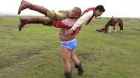 蒙古女孩的哥哥是个摔跤手,提出跟我切磋摔跤,一看体型瞪眼了