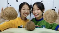 俩女孩大刀劈椰子,喝椰汁吃椰肉超享受,搞笑馋相超逗