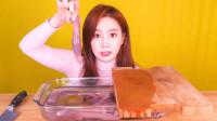 韩国大胃王小姐姐,试吃鲜活海肠,切开直接生吃真鲜美