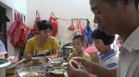 老婆喜欢吃花蟹,小池挑出最肥的那几只不卖,拿回家蒸着吃