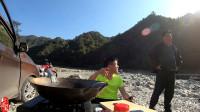 阿彪穷游在河坝上做饭也被围观,荒郊野外的,这大叔也太无聊了!