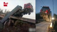 又一载重卡车将桥压断!桥面断成3截,车尾坠河车头悬空