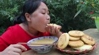 胖妹自制香酥饼,咬一口唇齿留香,配农家小菜,喝一大碗稀饭,爽