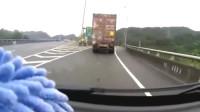 """高速路上女司机目睹""""灵异事件""""前方大货车1秒离奇消失"""