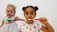 寓教于乐!看看小萝莉是如何教会小萌宝刷牙的?