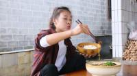 秋妹做了水煮牛肉,麻辣鲜香,1盆米饭1盆菜,全部吃完,真过瘾