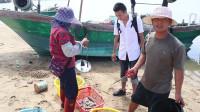 老四出海抓鱼抓太多,靠岸卖货赚钱了,要请阿烽和老妈一起吃大鱼