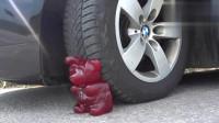 汽车碾压实验:牛人驾驶小汽车碾压大熊熊软糖,请勿轻易模仿哦!