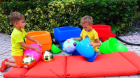 妈妈给萌娃小可爱们准备了许多五颜六色的彩蛋,真有趣呀!—萌娃:里面藏着玩偶呢!