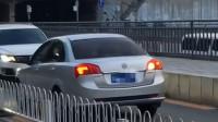 北京逆行轿车被车流顶着倒退数百米 网友:哪里来的回哪里