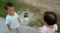 xixi因玩沙子与小朋友打架