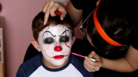 小男孩仿妆秀:妈妈帮他美妆打扮成了小丑!