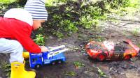 萌娃小可爱的玩具小汽车陷进泥坑里了,小家伙前去救援,萌娃:别担心,我来帮你!