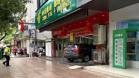 【现场直击】越野车冲进银行,女子办业务直接被挤身亡,悲剧!