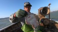 阿雄风浪天出海大货一条接一条,抓到不少海鱼,回家送给几个老人