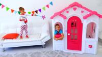 萌娃小可爱用魔法棒把哥哥和玩具小房子一起变得好小呀!小家伙可真是顽皮呢!