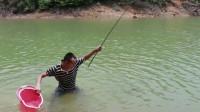 小伙清早去水库收夜钓竿,没想到鱼竿被大货拖着走,一顿狂追