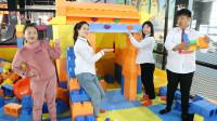老师带同学们去游乐园玩,没想女同学垒了一个积木城堡!太厉害了