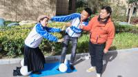 学生选课代表,选择方式是站在指压板上踩气球,真逗