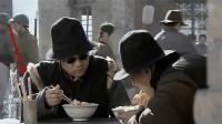 同样是李云龙和魏和尚接头:旧版吃的凉粉,新版吃刀削面,还有一处亮点你发现没?