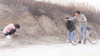 二货辉泰郎带着媳妇去赶集,结果被小伙套走个自行车,过程太逗了