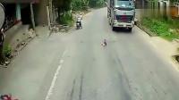 轿车司机发现不对,向货车疯狂鸣笛,监控记录全部画面