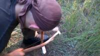 野外生存,教你如何快速钻木取火,小哥手速5秒就冒烟