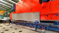 巨型折弯机,那么大的一块钢板,压一下就变成想要的形状