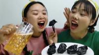 """闺蜜恶作剧:饺子黑如碳,还说美味好营养,""""墨鱼饺子""""整蛊超逗"""