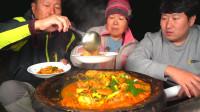 韩国农村小伙,和父母一起吃铁锅炖鸡腿,一家人在一起吃饭好幸福