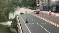 电动车乱窜害惨大货车,整车翻入桥下,电动车还跑了?